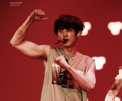 EXOチャニョルの筋肉画像